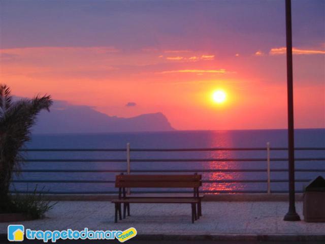 Panchina Lungomare : Foto di un tramonto sul lungomare di trappeto palermo sicilia